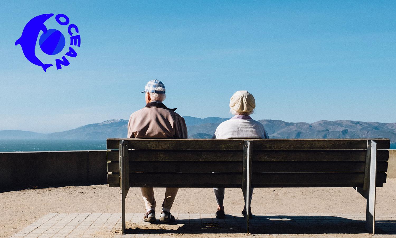 ベンチに腰掛ける老父婦