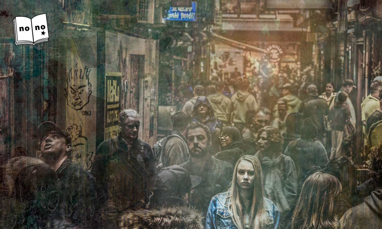 人混みの中の女性