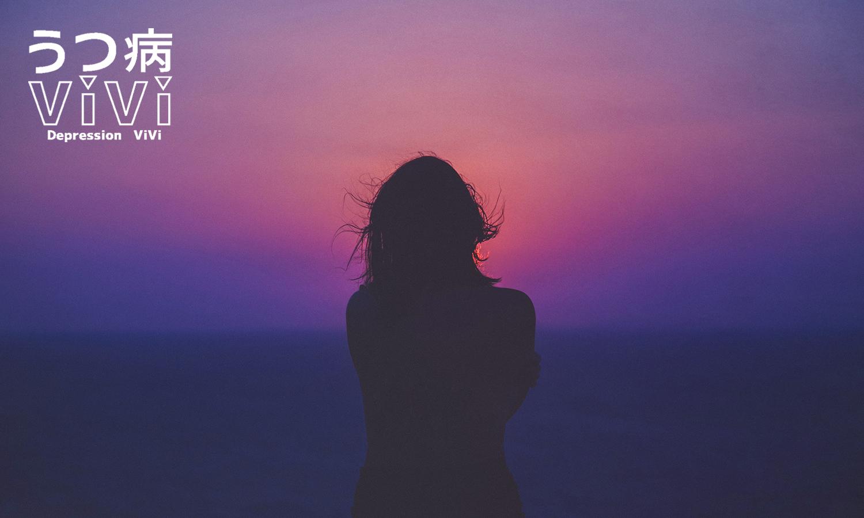 日の出を見る女性