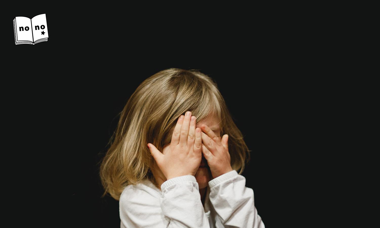 顔を手で覆う女の子