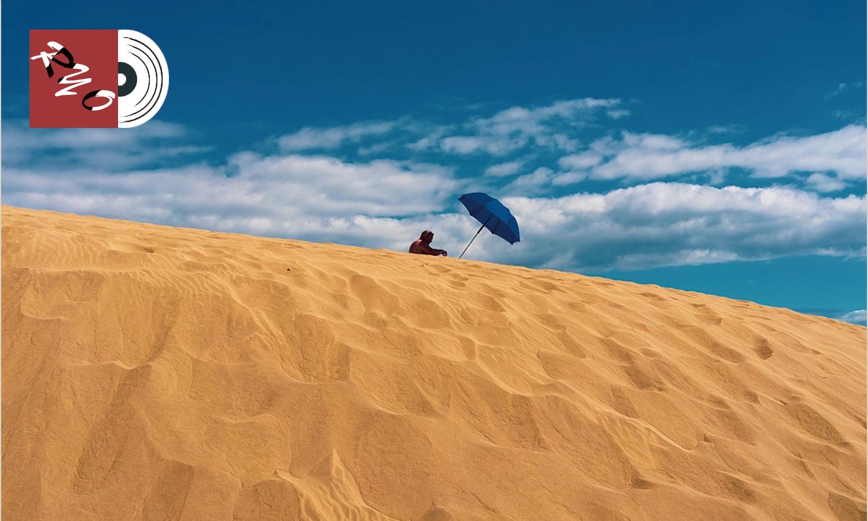 砂漠に立てたパラソル