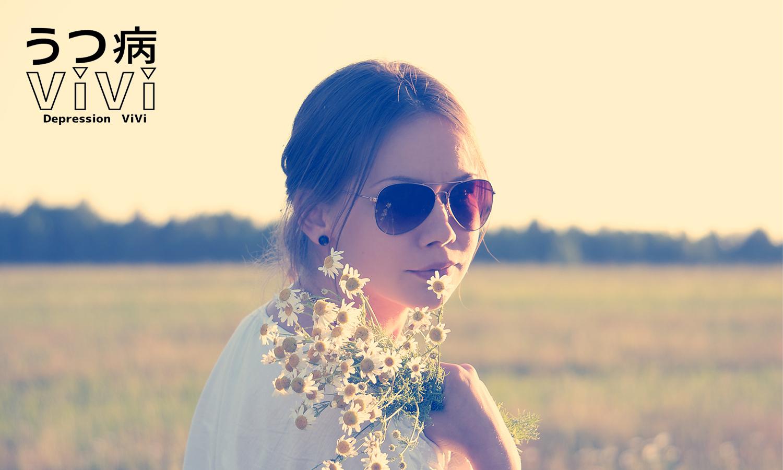 花を携えた女性