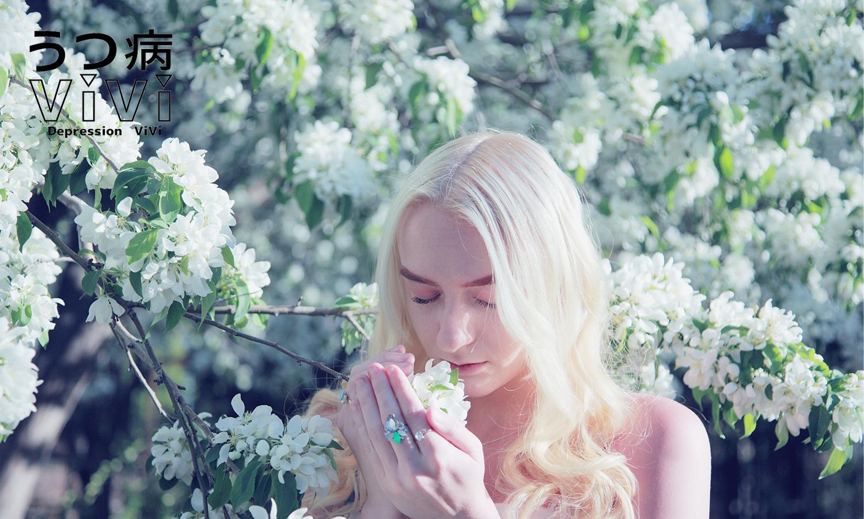 花の香りを楽しむ女性