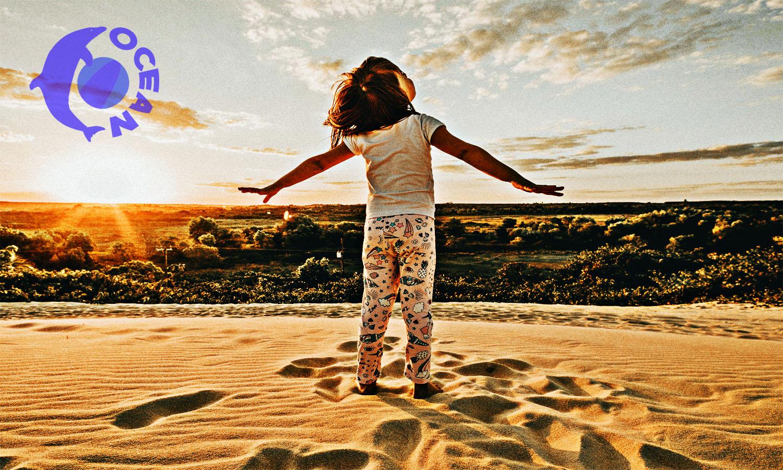 砂浜で遊ぶ少女