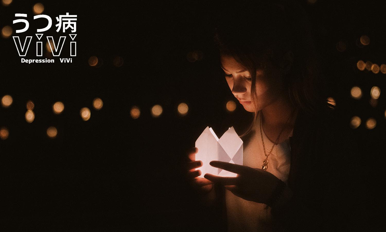 灯篭を眺める少女